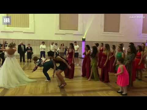امرأة تقتحم حفل زفاف للحصول على «بوكيه العروسة»: نهاية حزينة