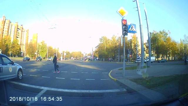 فتاة تقطع طريق موكب رئيس بيلاروسيا