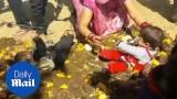 """أغرب طقوس المهرجانات الهندوسية الدينية .. شاهد ماذا يفعل الآباء بأطفالهم للحصول على """"بركة الآلهة""""؟"""