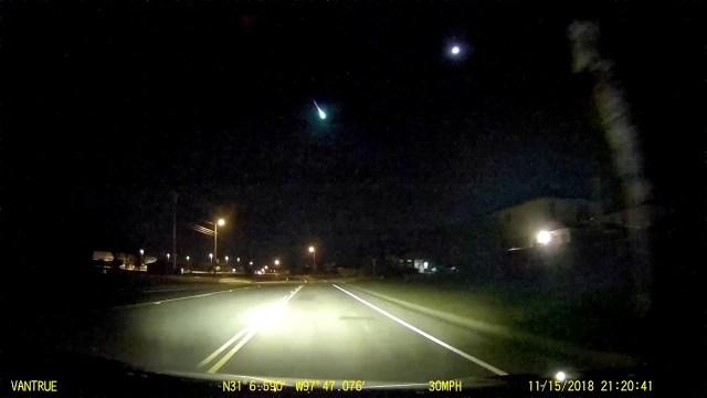 جسم غامض فوق تكساس: كرة نارية في سماء الليل