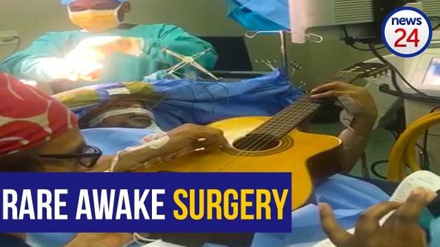 موسيقار يعزف الغيتار وجمجمته مفتوحة في غرفة العمليات