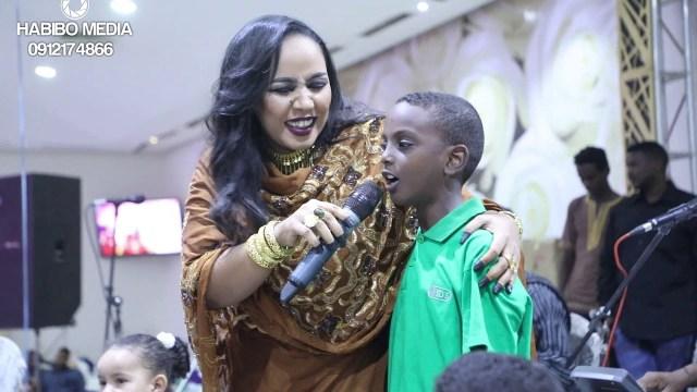 """ابن الفنانة السودانية هدى عربي يبدع في غناء """"الحب هدا"""""""