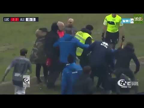 """مدرب كرة قدم إيطالي يسقط منافسه أرضاً بـ """"نطحة"""" قاضية !"""