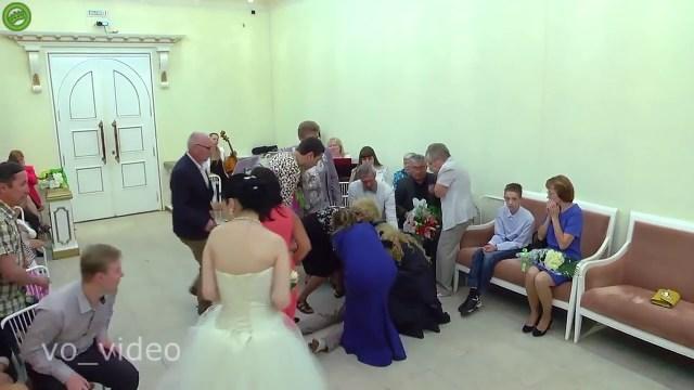 شاهد… ردة فعل العروس بعد أن أغمي على العريس