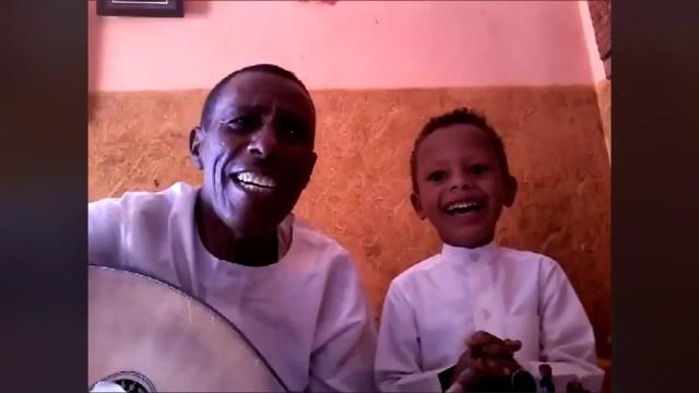 """طفل سوداني ووالده يجذبان قلوب المغردين بـ""""دويتو"""" مشترك من أغنية """"أنا حبي ليك يا سمرة"""""""