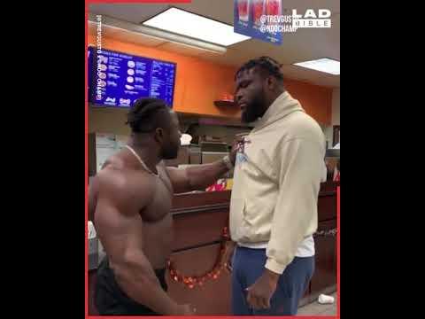 ردة فعل مدرب كمال أجسام ضبط أحد لاعبيه داخل مطعم للوجبات السريعة!