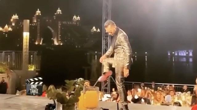 """""""ما يقع إلا الشاطر"""".. محمد رمضان يسقط أرضاً على المسرح"""