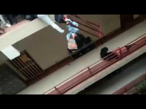 فيديو صادم من الطابق الرابع للأرض.. تَدافع طلاب في جامعة ينتهي بكارثة