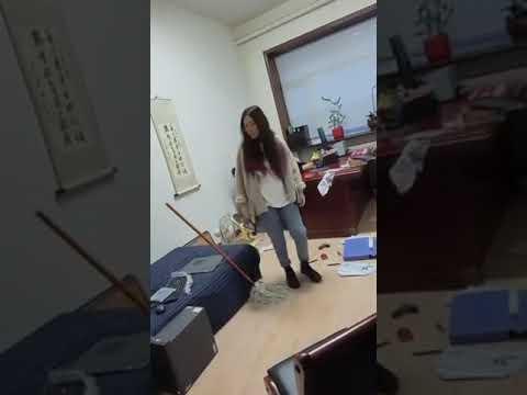 حقق مشاهدات عالية.. موظفة تضرب رئيسها في العمل بالمكنسة بعد تحرشه بها