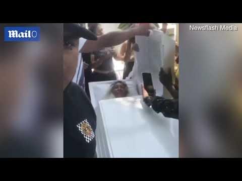 فيديو غريب.. شاهد ما فعلته امرأة في جنازتها