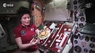 Cucinare nello spazio: riso integrale con pollo alla curcuma
