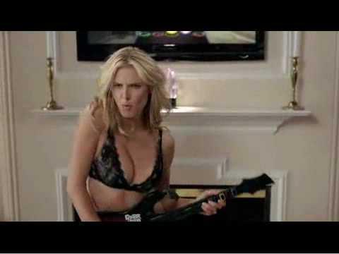 Heidi Klum Strip's For Guitar Hero – Η Χάιντι Κλουμ κάνει στριπτίζ για διαφήμιση παιχνιδιού