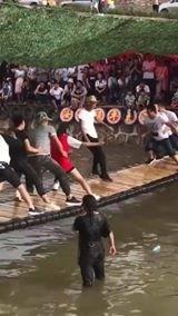 Η απόλυτη ισορροπία, δεν μπορούν να τον ρίξουν στο νερό!