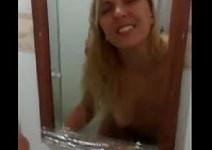 Traindo o namorado de quatro no banheiro da casa do amante Porno Amador