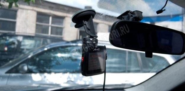 Видеорегистратор Mio MiVue 568 - на лобовом стекле