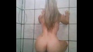 Gostosa dançando funk no banheiro