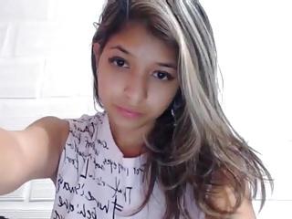 Novinha na webcam mostrando buceta rosada