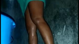 Morena favelada lavando a sua xoxotinha