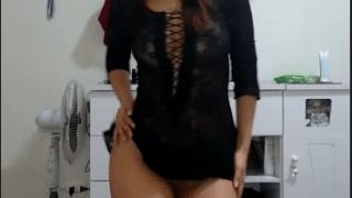 Morena do corpo perfeito dançando nua