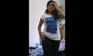 Novinha indiana exibindo sua buceta