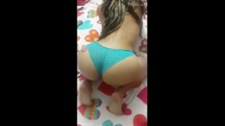 Mulher tirando a calcinha e exibindo xota