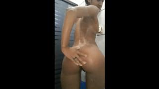 Menina rabuda tomando banho gostoso