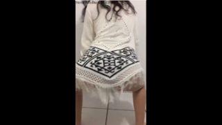 Brasileira rebolando sem calcinha no zap