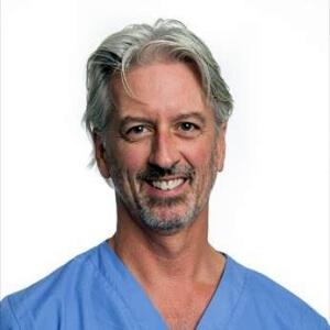 Росс Палмер. Ветеринарный врач, хирург и ортопед. Дипломант Американского колледжа ветеринарной хирургии и профессор ортопедии Университета штата Колорадо.