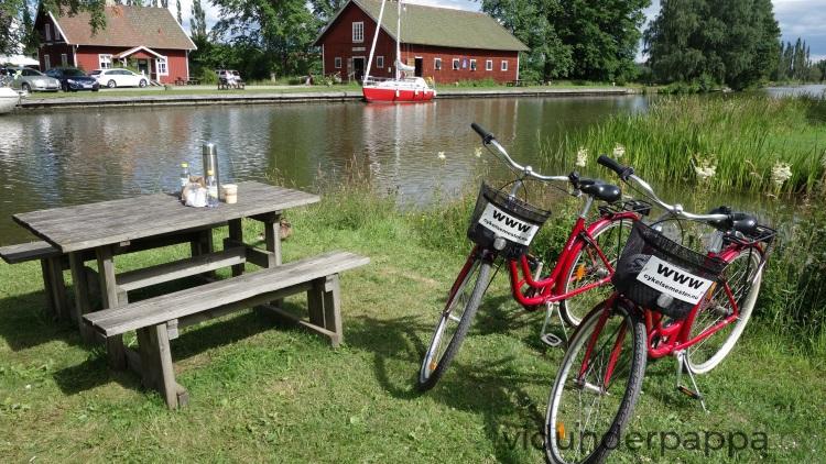 """Med både sykler og """"fike-kurv"""" fra Norrqvarn Hotell ble dette en magisk tur! Med sol og en hel haug med nysgjerrige ender koste vi oss ved slusene!"""
