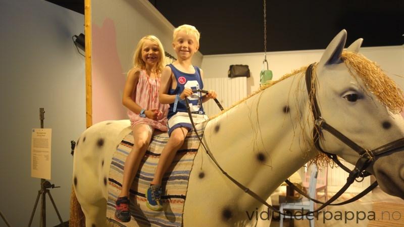 Hoppla hoppla.. Vidunderpappa tok bilde og fikk like etterpå beskjed av minsten om at de igjen hadde fått beskjed fra en Filmbyn ansatt at det var maks èn person på hesten av gangen. Beklager på barnas vegne!