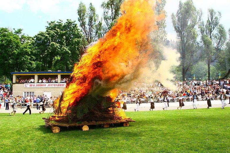 Ватра привлекает внимание гостей.