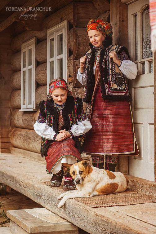 Гуцулки в традиционной народной одежде (фото Иордана Дранчук)