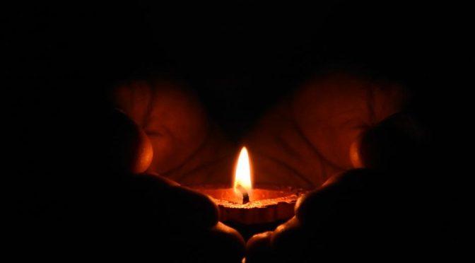 Mets ta gloire dans le chandelier de la Croix Et veille à ce que l'orgueil ne t'éteigne pas! »