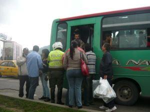Escenas como esta se repiten día tras otro en el caos bogotano, con la diferencia de que rara vez, los policías paran los vehículos. / Foto: masalladelomediatico.blogspot.com