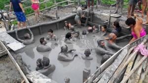 Multitud hasta en la piscina de lodo