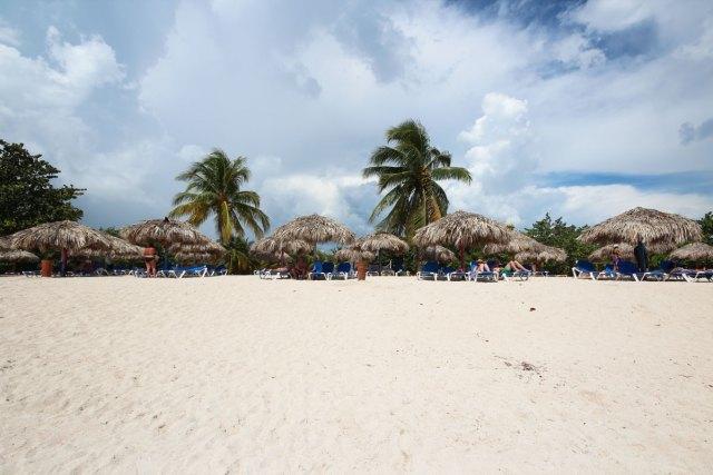Viele Touristen, Liegen und Sonnenschirme für Schatten - das ist der Playa Ancon