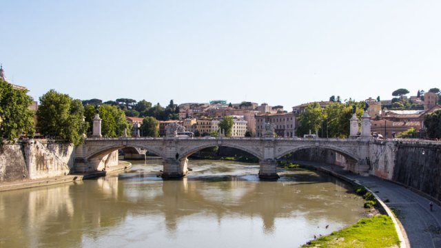 Ausblick in Rom von der Engelsbrücke auf den Tiber