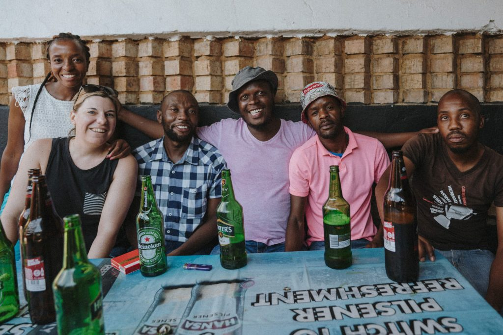 Township pub Soweto met de lokale bevolking
