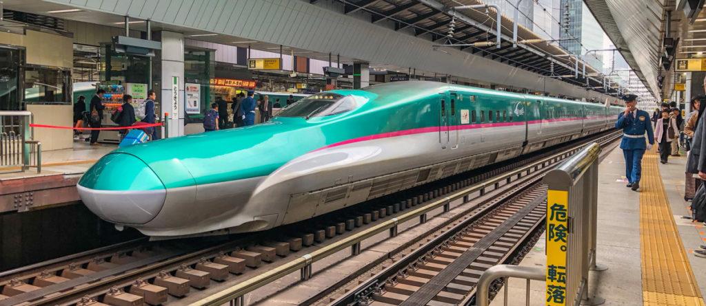 "Shinkansen Bullet Train ""class ="" lui lui-verborgen wp-image-37134 ""srcset ="" https://i1.wp.com/viel-unterwegs.de/wp-content/uploads/2018/02/bullet-train-japan-1024x445.jpg?resize=1024%2C445&ssl=1 1024w , https://viel-unterwegs.de/wp-content/uploads/2018/02/bullet-train-japan-500x218.jpg 500w, https://viel-unterwegs.de/wp-content/uploads/2018/ 02 / bullet-train-japan-768x334.jpg 768w, https://viel-unterwegs.de/wp-content/uploads/2018/02/bullet-train-japan.jpg 1200w ""data-lazy-sizes ="" ( max. breedte: 1024 px) 100 VW, 1024 px"
