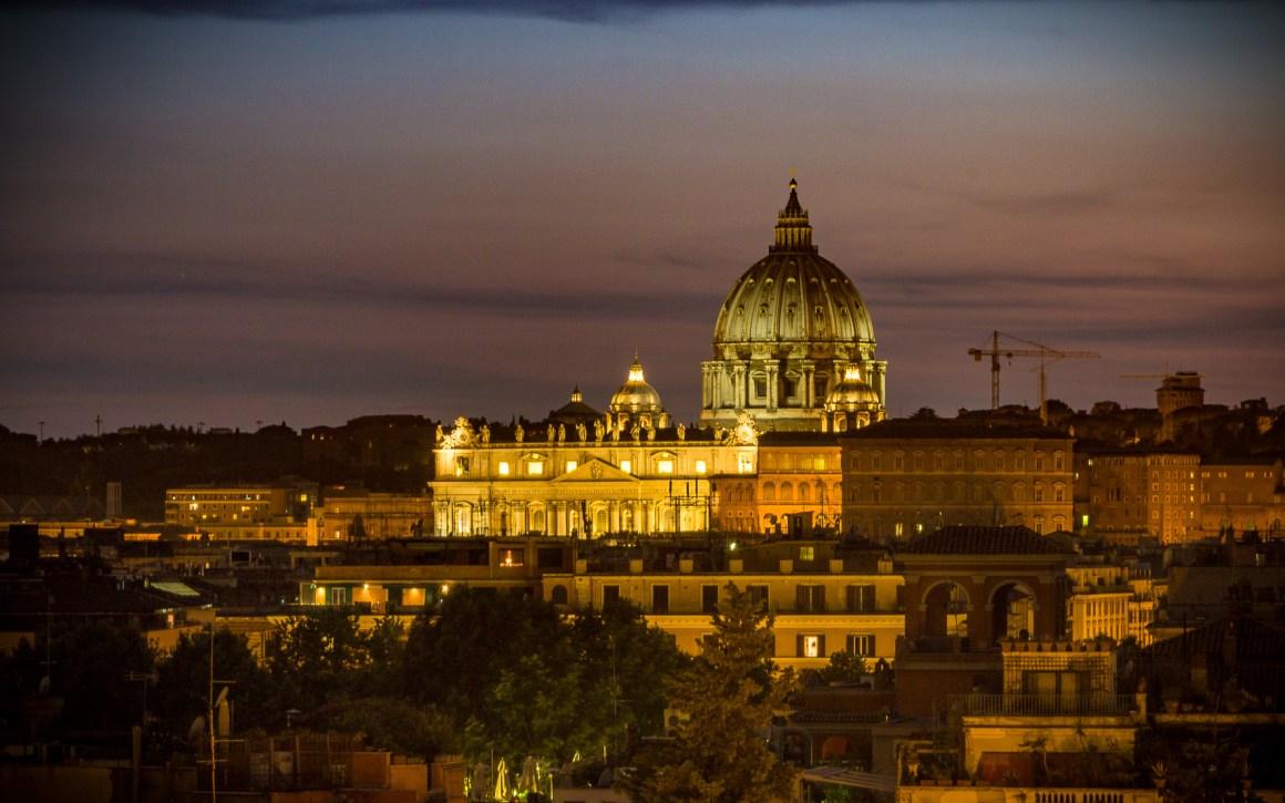 Uitzicht op Piazza del Popolo op de Sint-Pietersbasiliek