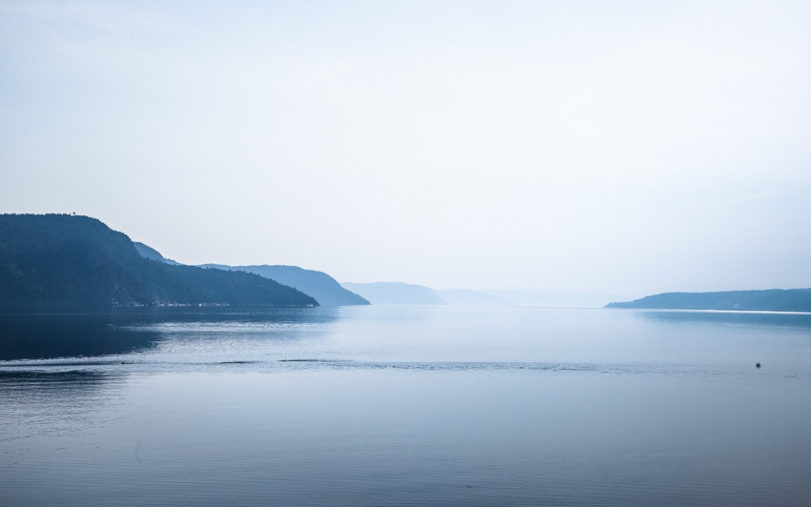 "quebec-roadtrip-abend-nebel-fjord"" width=""1200"" height=""750"" srcset=""https://i1.wp.com/viel-unterwegs.de/wp-content/uploads/2019/08/quebec-roadtrip-abend-nebel-fjord.jpg?w=1160&ssl=1 1200w, https://viel-unterwegs.de/wp-content/uploads/2019/08/quebec-roadtrip-abend-nebel-fjord-500x313.jpg 500w, https://viel-unterwegs.de/wp-content/uploads/2019/08/quebec-roadtrip-abend-nebel-fjord-768x480.jpg 768w, https://viel-unterwegs.de/wp-content/uploads/2019/08/quebec-roadtrip-abend-nebel-fjord-1024x640.jpg 1024w"" sizes=""(max-width: 1200px) 100vw, 1200px""/></noscript data-recalc-dims="