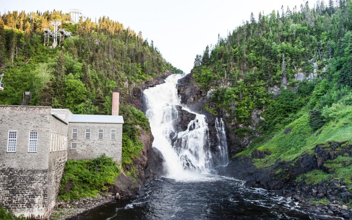 "quebec-roadtrip-val-jalbert-wasserfall ""width ="" 1200 ""height ="" 750 ""srcset ="" https://viel-unterwegs.de/wp-content/uploads/2019/08/quebec-roadtrip-val-jalbert -waterfall.jpg 1200w, https://viel-unterwegs.de/wp-content/uploads/2019/08/quebec-roadtrip-val-jalbert-wasserfall-500x313.jpg 500w, https://viel-unterwegs.de /wp-content/uploads/2019/08/quebec-roadtrip-val-jalbert-wasserfall-768x480.jpg 768w, https://viel-unterwegs.de/wp-content/uploads/2019/08/quebec-roadtrip- val-jalbert-wasserfall-1024x640.jpg 1024w ""sizes ="" (max-breedte: 1200px) 100vw, 1200px ""/></noscript data-recalc-dims="