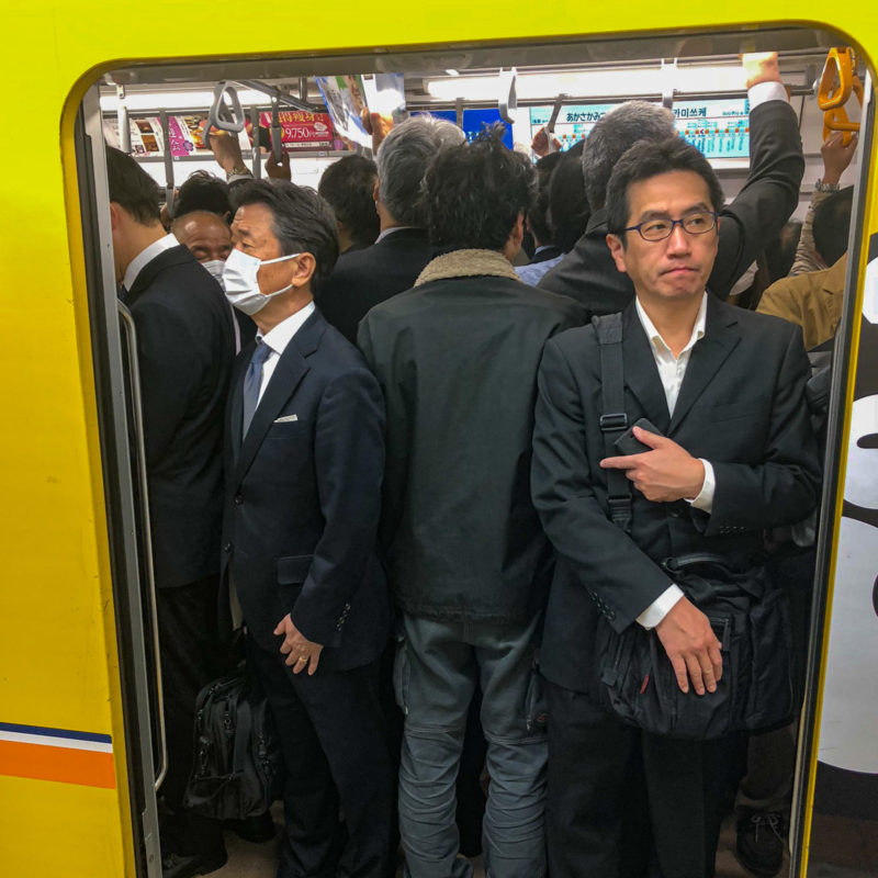 "typisch-Japans-metro-smal ""class ="" lui lui-verborgen wp-image-43182 ""srcset ="" https://viel-unterwegs.de/wp-content/uploads/2020/03/typisch-japanisch-ubahn- eng-800x800.jpg 800w, https://viel-unterwegs.de/wp-content/uploads/2020/03/typisch-japanisch-ubahn-eng-500x500.jpg 500w, https://viel-unterwegs.de/ wp-content / uploads / 2020/03 / typisch-japanse-metro-eng-300x300.jpg 300w, https://viel-unterwegs.de/wp-content/uploads/2020/03/typisch-japanisch-ubahn-eng -768x768.jpg 768w, https://viel-unterwegs.de/wp-content/uploads/2020/03/typisch-japanisch-ubahn-eng-150x150.jpg 150w, https://viel-unterwegs.de/wp -content / uploads / 2020/03 / typisch-japanse-metro-eng-120x120.jpg 120w, https://viel-unterwegs.de/wp-content/uploads/2020/03/typisch-japanisch-ubahn-eng. jpg 1200w ""data-lazy-sizes ="" (max-breedte: 800px) 100vw, 800px"