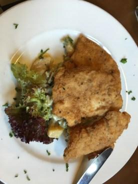 U Sedleru: Hühnerschnitzel mit Kartoffelsalat