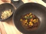 """""""Der Ochse im Römertopf"""" - Ochsenbackerlgulasch mit glaciertem Rübengemüse und Topfennockerln"""