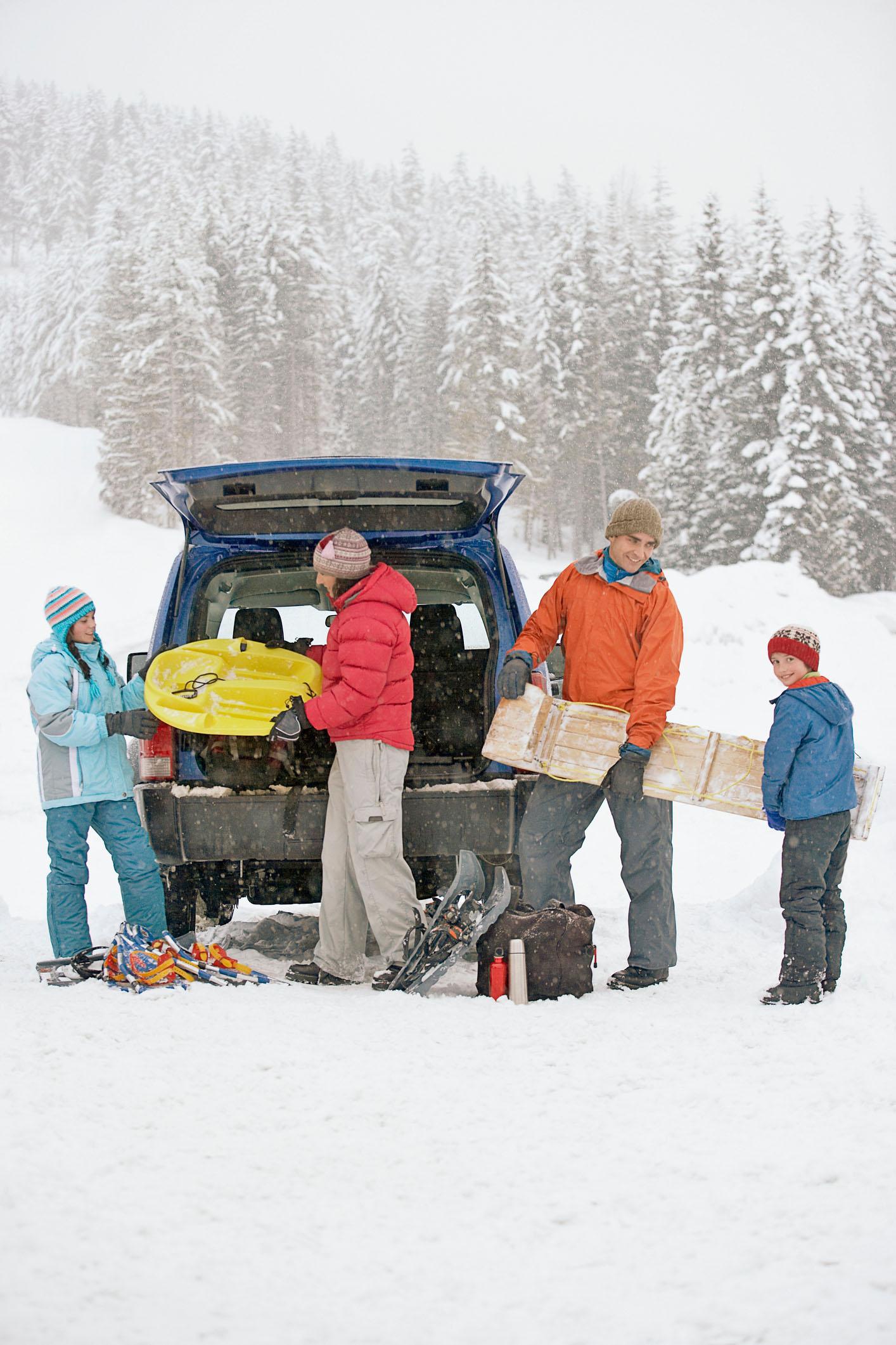 Wer zum Winterurlaub in die Alpen aufbricht, sollte seine Winterreifen vorher checken: In Alpenländern wie Österreich sind mindestens vier Millimeter Restprofil vorgeschrieben - Winter-Check für die Reifen