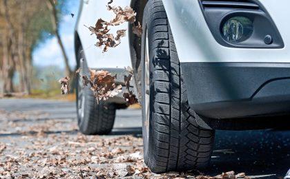 Laub, Feuchtigkeit und Co. können schon im Herbst die Straßen in Rutschbahnen verwandeln. Daher empfiehlt es sich, frühzeitig auf Winterreifen mit ihrem Extra-Grip umzusteigen.