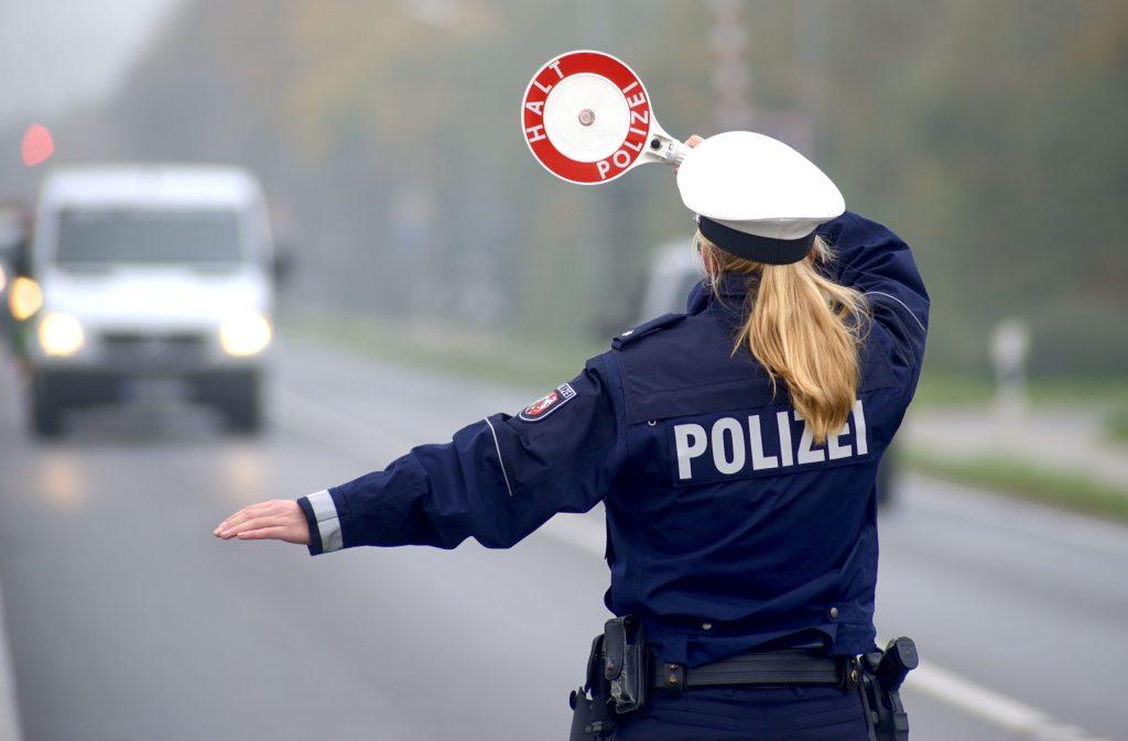 Wenn Autofahrer mit der Kelle aus dem Verkehr gewinkt werden, stellt sich bei vielen automatisch ein mulmiges Gefühl ein - Kontrolle von Autofahrern