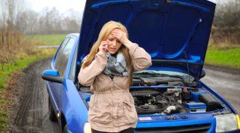 Erst wenn das Fahrzeug bei einer Panne mit eingeschaltetem Warnblinker am Straßenrand steht, sollte man den Pannendienst rufen.