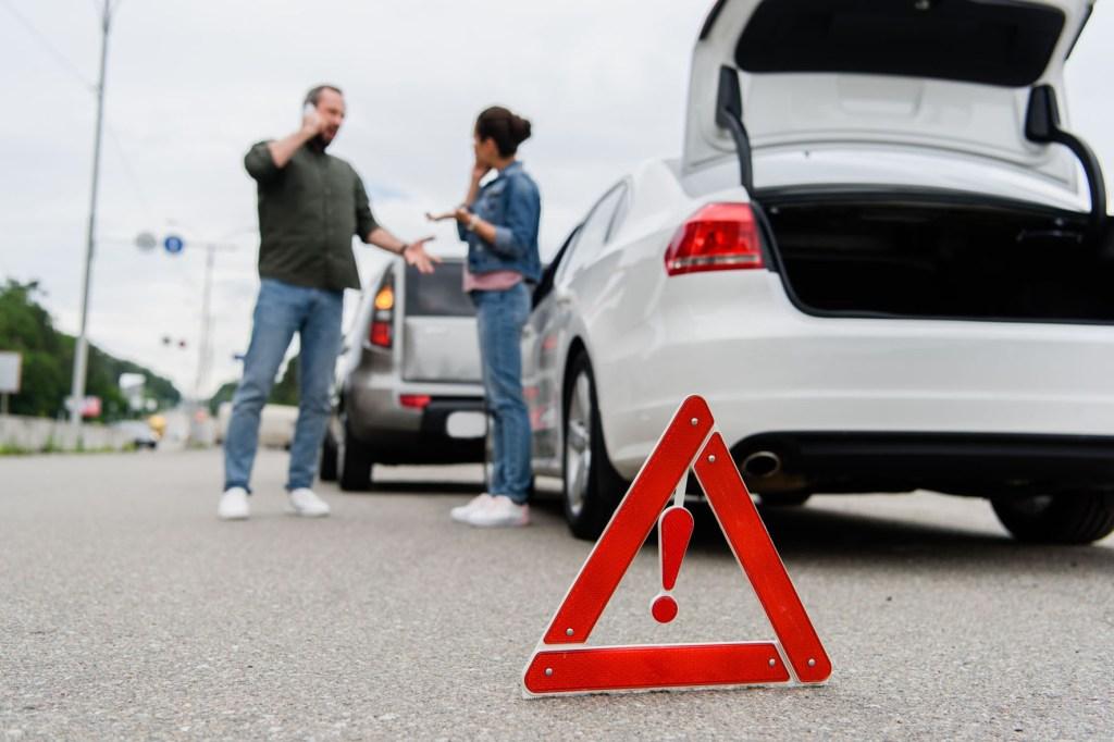 Wer auffährt, ist nicht immer grundsätzlich schuld am Unfall - den Vorausfahrenden kann unter Umständen ebenso eine Mitschuld treffen - Straßenverkehr